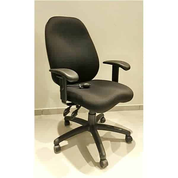 כסא מנהלים שחור עם כרית ניפוח